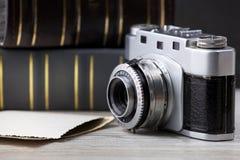 Vecchia macchina fotografica e vecchio album delle immagini Fotografia Stock Libera da Diritti