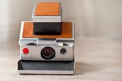 Vecchia macchina fotografica istante immagine stock
