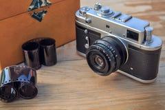 Vecchia macchina fotografica su fondo di legno Fotografie Stock Libere da Diritti