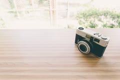 Vecchia macchina fotografica su legno in caffetteria Fotografia Stock