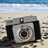 Vecchia macchina fotografica sulla spiaggia Immagine Stock
