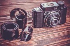 Vecchia macchina fotografica sulla tavola di legno Fotografie Stock Libere da Diritti