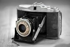 Vecchia macchina fotografica sulla tavola di legno in priorità alta Fotografia Stock Libera da Diritti