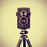 Vecchia macchina fotografica in un treppiede fotografia stock