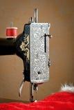 Vecchia macchina per cucire con il filo rosso Fotografia Stock Libera da Diritti