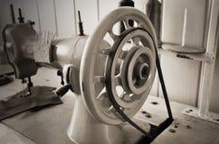 Vecchia macchina per cucire del volante fine su, orizzontale, seppia, monoc fotografia stock