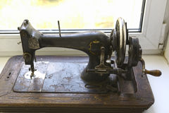 Vecchia macchina per cucire manuale d'annata Fotografie Stock Libere da Diritti