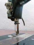 Vecchia macchina per cucire nera Fotografia Stock Libera da Diritti