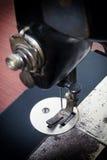 Vecchia macchina per cucire nera Immagini Stock