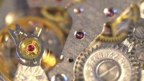 Vecchia macchina rotante di ticchettio del meccanismo di ingranaggio dell'orologio del cronometro stock footage