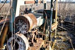Vecchia macchina utensile di pietra utilizzata del metallo arrugginito fotografia stock