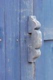 Vecchia maniglia di porta con una vecchia porta di legno Fotografie Stock