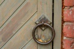 Vecchia maniglia di porta d'annata su una porta di legno fotografia stock