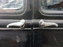 Vecchia maniglia di porta dell'automobile fotografia stock libera da diritti