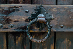 Vecchia maniglia di porta, dettaglio di una maniglia decorata antica, annata Fotografia Stock