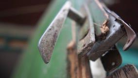 Vecchia maniglia su una porta di legno rotta in un'iarda di estate al rallentatore stock footage