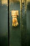 Vecchia maniglia sulla porta di legno fotografia stock libera da diritti
