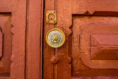 Vecchia maniglia sulla porta di legno fotografia stock