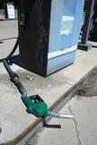 Vecchia maniglia verde della pompa di gas che mette su terra Fotografie Stock