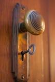 Vecchia manopola di porta con la chiave fotografia stock