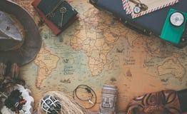 Vecchia mappa, attrezzature d'annata di viaggio e ricordi dal viaggio intorno al mondo/posto per il vostro testo fotografie stock libere da diritti