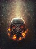 Vecchia maschera antigas militare consumata in fiamme Fotografie Stock Libere da Diritti