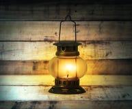 Vecchia masterizzazione della lanterna di cherosene Fotografie Stock Libere da Diritti