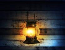 Vecchia masterizzazione della lanterna di cherosene con luminoso Fotografia Stock Libera da Diritti