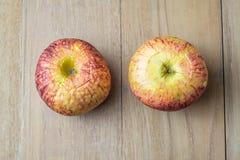Vecchia mela sul bordo di legno Immagine Stock