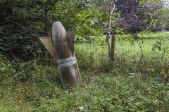 Vecchia metà della bomba nascosta nella terra Fotografie Stock