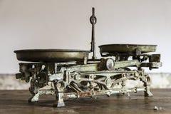 Vecchia misurazione antica del peso Fotografie Stock