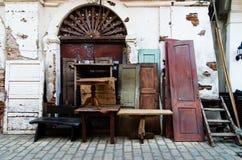 Vecchia mobilia da vendere Fotografie Stock Libere da Diritti