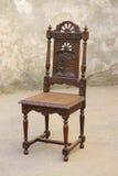 Vecchia mobilia di legno della sedia con la scultura Fotografie Stock