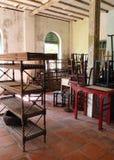 Vecchia mobilia eliminata in casa vuota immagine stock libera da diritti