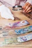 Vecchia moneta raccoglibile nella mano della donna s Immagine Stock