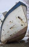 Vecchia nave arrugginita sulla riva Fotografia Stock Libera da Diritti