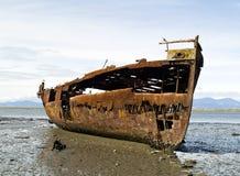 Vecchia nave arrugginita sulla spiaggia Fotografia Stock