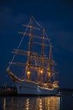 Vecchia nave di navigazione accesa in cielo blu di mezzanotte Fotografie Stock