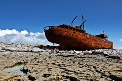 Vecchia nave fuori dalla costa ovest Irlanda Immagini Stock