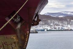 Vecchia nave vicino ad un pilastro Fotografia Stock Libera da Diritti