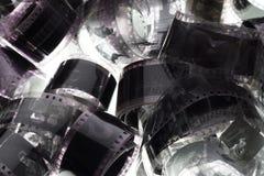Vecchia negazione una striscia di pellicola da 35 millimetri su fondo bianco Fotografie Stock