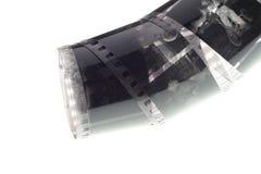 Vecchia negazione una striscia di pellicola da 35 millimetri su fondo bianco Immagine Stock