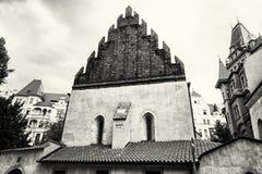 Vecchia nuova sinagoga vicino all'alta sinagoga a Praga, in bianco e nero Immagini Stock