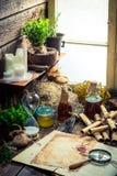 Vecchia officina della strega con i rotoli e gli ingredienti Fotografia Stock Libera da Diritti