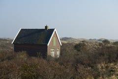 Vecchia officina e stoccaggio nelle dune dell'Olanda Fotografia Stock