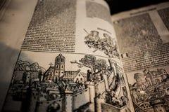 Vecchia pagina in libro raro in biblioteca Fotografia Stock