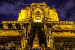 vecchia pagoda e statua dorata di Buddha Fotografia Stock Libera da Diritti