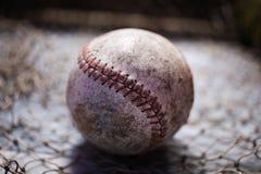 Vecchia palla giocata di baseball fotografie stock