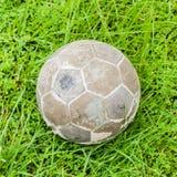 Vecchia palla messa su erba verde Immagini Stock
