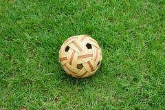 Vecchia palla o takraw del rattan su erba Fotografie Stock Libere da Diritti